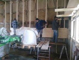 Einbringen von Stampflehm in Wandkonstruktion mit Gleitschalung