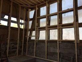 ausgerichtete Konstruktion aus Holzlatten zum Einstampfen von Leichtlehm